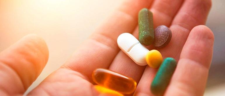 Недорогие лекарства для иммунитета в руке женщины