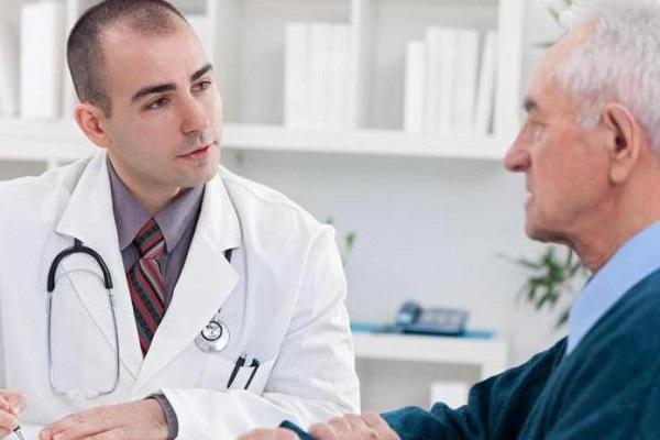 Мужчина в возрасте с простатитом