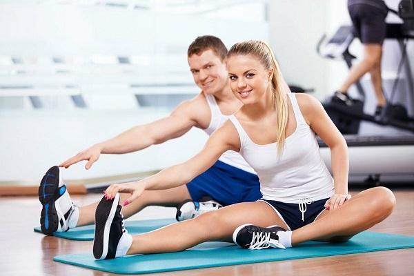 Парень с девушкой в спортзале